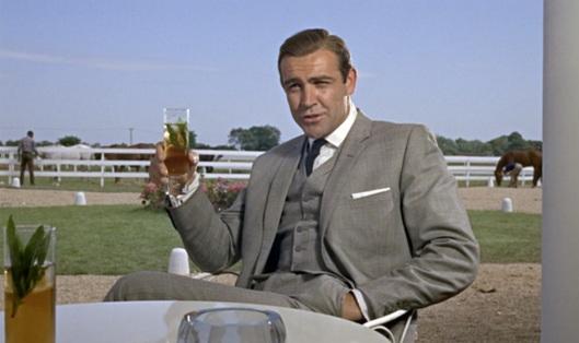 James Bond tomando um Mint Julep em Kentucky.