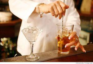 Taça sendo resfriada e mixing glass cheio de gelo!